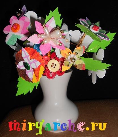 яркие цветы с бусинками и пуговицами
